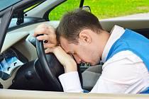 Italský soud potvrdil, že firma vyhodila zaměstnance za spánek v autě v pracovní době oprávněně.