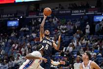 Uprostřed ve výskoku basketbalista Nickeil Alexander-Walker z New Orleans Pelicans, vlevo Andre Drummond z Philadelphie 76ers, vpravo jeho spoluhráč Furkan Korkmaz.