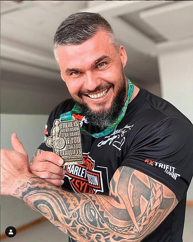 Loni v listopadu se Radek zúčastnil v Brazílii mistrovství světa v benchpressu a vyhrál.