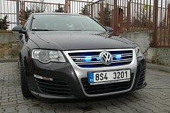 Speciálně upravené superrychlé vozy Volkswagen Passat, jimiž byla nově vybavena dálniční oddělení policie ve středních Čechách.
