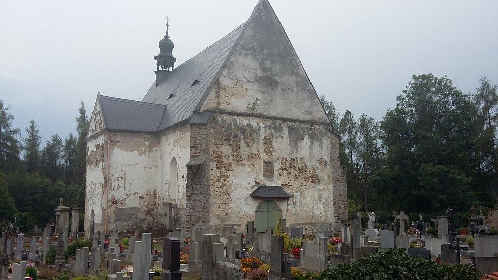 Kostel sv. Maří Magdalény ve Velharticích nepatří k nejlíbeznějším. Na jeho štítě je podle legendy vidět tvář nešťastné dívky, kterou její mrtvý milý stáhl s sebou do hrobu. Vidíte ji také?