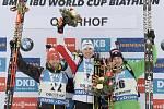 Michal Šlesingr (vlevo) zazářil v Oberhofu druhým místem. Nestačil jen na Juliana Eberharda (uprostřed), třetí skončil Dominik Windisch.