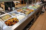 Jídlo ve veganském bufetu Veganland