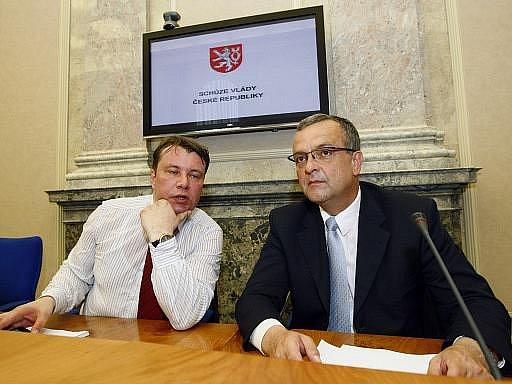 Ministr průmyslu a obchodu Martin Kocourek (vlevo) a ministr financí Miroslav Kalousek na jednání vlády.