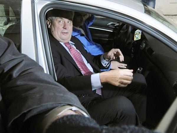 Prezidentský kandidát Miloš Zeman přijíždí 12.ledna odpoledne do svého volebního štábu vPraze.