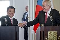 Vietnamský prezident Truong Tan Sang slíbil dnes svému protějšku Miloši Zemanovi odstranění administrativních potíží, které brání českým firmám při obchodování s Vietnamem.