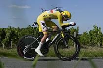 Slovinský cyklista Tadej Pogačar ve žlutém trikotu lídra závodu během časovky ve 20. etapě Tour de France.