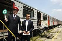 Za účasti radního pro dopravu hlavního města Prahy Radovana Šteinera (vlevo) a ředitele pražského Dopravního podniku Martina Dvořáka (vpravo) byl 1. července 2009 v depu Kačerov v Praze oficiálně ukončen provoz sovětských souprav metra 81–71.