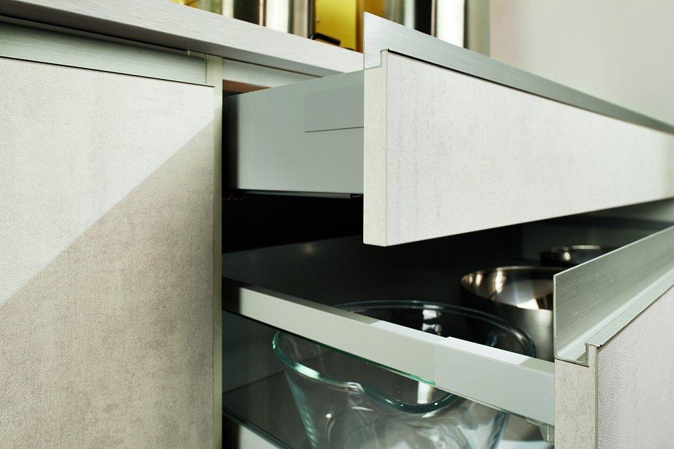 Chytré zásuvky zabudované do pracovní desky lze vysunout či vyklopit podle potřeby.