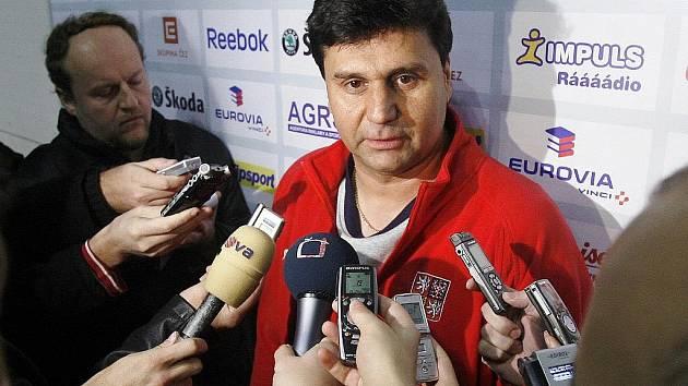Na srazu české hokejové reprezentace s novináři hovoří kouč Vladimír Růžička.