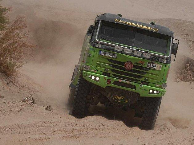 Zelená Spáčilova Tatra na trase spojovačky Rallye Dakar 2010 mezi La Riojou a Fiambalou.