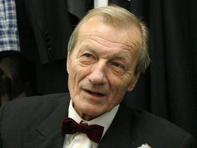Pohřeb populárního herce Radoslava Brzobohatého se koná v pravé poledne v pátek v Praze.