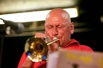 Slavný jazzman Laco Deczi má nyní hlavu jako koleno.