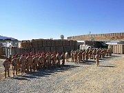 Černý prapor před sídlem vojáků v Žatci připomíná tragickou smrt jednoho z místních vojáků v Afghánistánu, kde padl s dalšími třemi kolegy z Chrudimi.