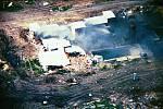 Terorista McVeigh tvrdil, že bombovým útokem se chtěl pomstít za útok bezpečnostních složek na sídlo sekty Davidiánů ve Waco v roce 1993 (na snímku pozůstatek objektů, v nichž členové sekty žili).