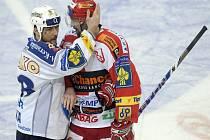 Martin Straka (vlevo) se ve čtvrtém zápase proti Slavii neprosadil.