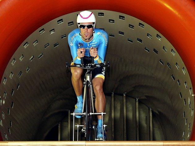 František Raboň při testech v aerodynamickém tunelu.