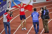 Dálkař Radek Juška se raduje z medaile.