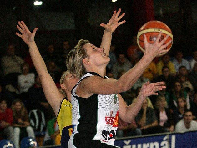 Basketbalistka Brna Hana Horáková (v bílém) v duelu Evropské ligy proti Gdyni.