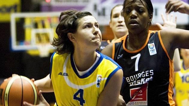 Michala Hartigová z USK (vlevo) v souboji s Endene Mydyiemovou z celku Bourges,