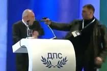 Mladý útočník pistolí ohrožoval vůdce bulharských Turků