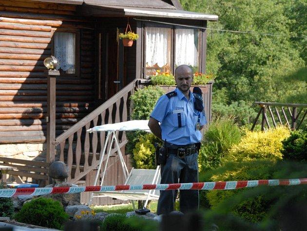 Policisté hlídkují na místě činu.