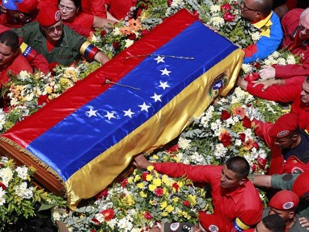 V ulicích Caracasu se shromáždily davy lidí, aby zesnulému lídrovi vzdali čest.