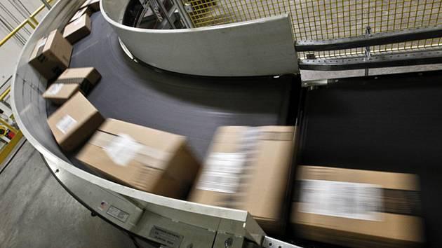 Nákup drobného zboží z e-shopů mimo Evropskou unii vyjde ode dneška dráž. Povinnost zaplatit daň z přidané hodnoty (DPH) se nově vztahuje i na zásilky s hodnotou nižší než 22 eur.