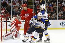 Dmitrij Jaškin (23) se raduje z gólu v síti Detroit Red Wings.