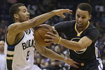 Stephen Curry z Golden State (vpravo) a Michael Carter-Williams z Milwaukee.