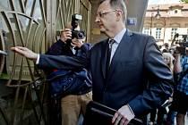 Expremiér Petr Nečas přichází 12. července na pražskou služebnu Útvaru pro odhalování organizovaného zločinu k výslechu v kauze jeho bývalé blízké spolupracovnice z Úřadu vlády Jany Nagyové.