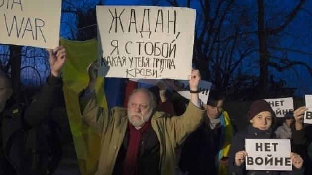 """Před ruskou ambasádou v Praze se 1. března vpodvečer sešlo asi dvacet lidí, aby protestovali proti """"válce na Ukrajině"""". Demonstrace byla poklidná."""