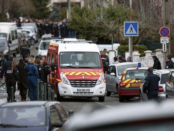 Neznámý střelec před židovskou školou v Toulouse na jihozápadě Francie zabil nejméně čtyři lidi, včetně tří dětí.