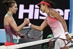Simona Halepová (vlevo) překvapivě padla v prvním kole Australian Open s Čang Šuaj.