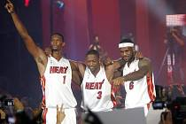 Basketbalové hvězdy Miami (zleva) Chris Bosh, Dwyane Wade a LeBron James.