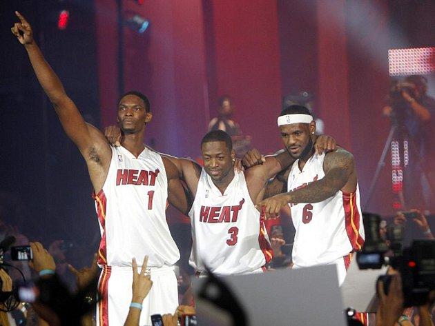 Basketbalové hvězdy Miami (zleva) Chris Bosh, Dwyane Wade a LeBron James.