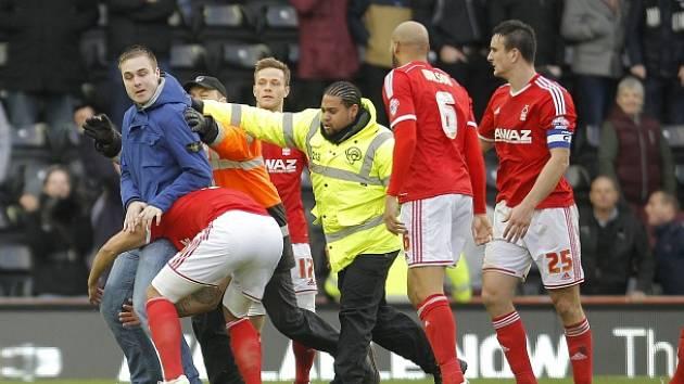 Tak to na stadionu Derby vypadalo: Útočník (v modré bundě) a jeho zadržení