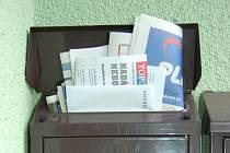 Z babylonské schránky Víta Bárty dva dny před volbami vykukovaly tiskoviny jeho politických konkurentů.