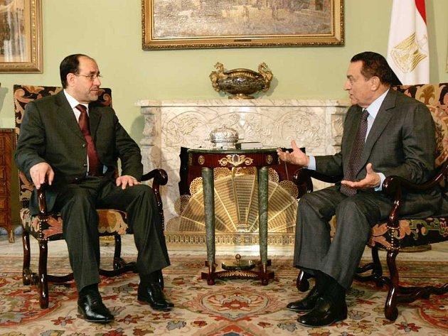 Irácký premiér Núrí Malíkí (vlevo) v rozhovoru s egyptským prezidentem Husní Mubarakem.