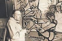Emil Filla v ateliéru u obrazu Na Královej holi (1949). Autorem fotografie z umělcovy pozůstalosti je možná Josef Sudek.