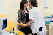 DOKTOR G A JEHO ŽENY. Gynekolog Goldberg (Michal Malátný) je obklopený ženami v práci i mimo ni. Nejčastěji Táňou Vilhelmovou.