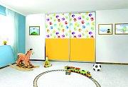 Veselé barevné potisky oživí vestavěnou skříň v dětském pokoji. Fantazii se ani v tomto případě meze nekladou.