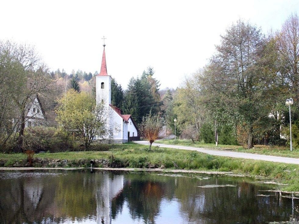 Záběr z Veclova. To, co vypadá jako kaplička, není kaplička, ale chata holandských majitelů.
