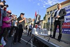 Bývalý poslanec a kandidát na senátora Ladislav Jakl (vlevo vpředu) sleduje poslance Tomia Okamuru z SPD (vpravo) na demonstraci nazvané Orbán za nás, my za Orbána