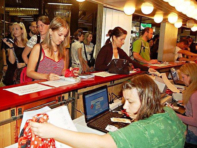 Už během čtvrtka 1. července 2010 stály u kas na vstupenky v hotelu Thermal v Karlových Varech dlouhé fronty zájemců, aby ti si v příštích dnech v klidu vychutnali 45. ročník Mezinárodního filmového festivalu.