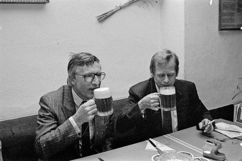 NA PIVU. Václav Klaus a Václav Havel vnímali svět odlišně. To jim nebránilo dát si v říjnu 1990 společně oběd v pražské pivnici U Schnellů.