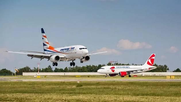 Boeing 737-700 společnosti Smartwings a Airbus A319 ČSA.