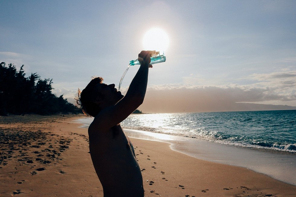 Denně byste měli vypít alespoň 2 litry tekutin a nepít až ve chvíli, kdy pocítíte žízeň.