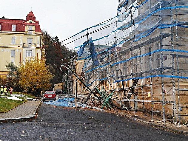 V Mariánských Lázních se ve středu 3. listopadu 2010 dopoledne zřítilo lešení na stavbě u hotelu Centrální lázně. Vážným zraněním podlehl devětapadesátiletý polský dělník, další dva pak byli po vyproštění převezeni na chirurgii do nemocnice.