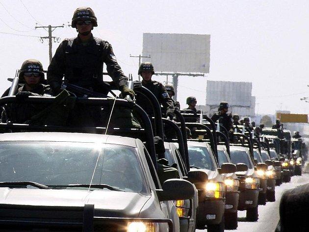 Dva tisíce vojáků vláda vyslala v pátek do města Ciudad Juaréz na hranici se Spojenými státy. Mají pomoci v boji proti drogovým gangům.